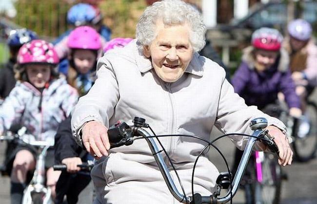 Девушка на велосипеде здоровый образ жизни