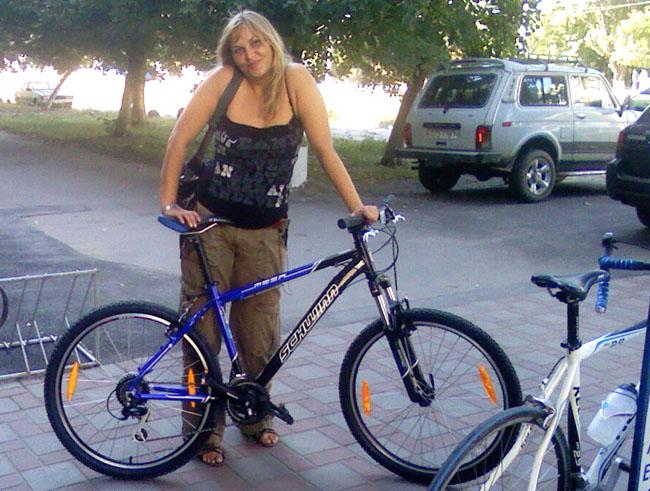 велосипед Schwinn Mesa CN и девушка блондинка