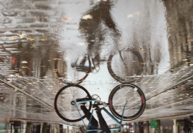На велосипеде под дождем