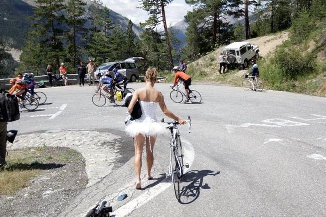 девушка модель на велосипеде