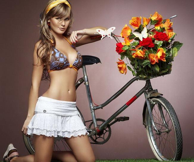 велосипедная девушка красотка