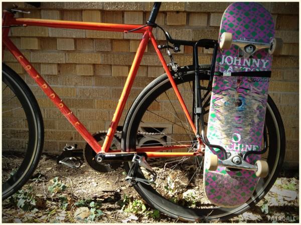 Велосипедный багажник для скейта