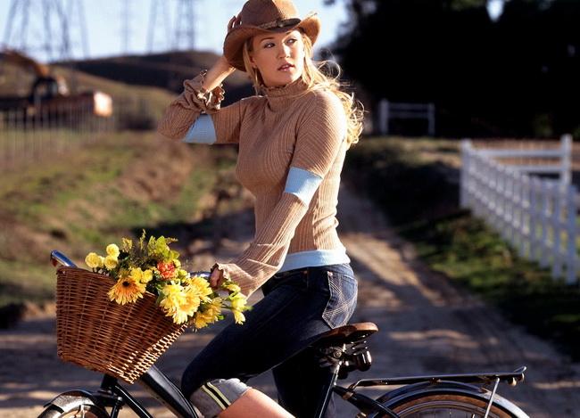 Девушка на велосипеде – Прикольное поздравление С Новым Годом!
