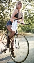 голая Блондинка на велосипеде