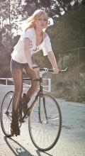 Девушка на велосипеде фикседе