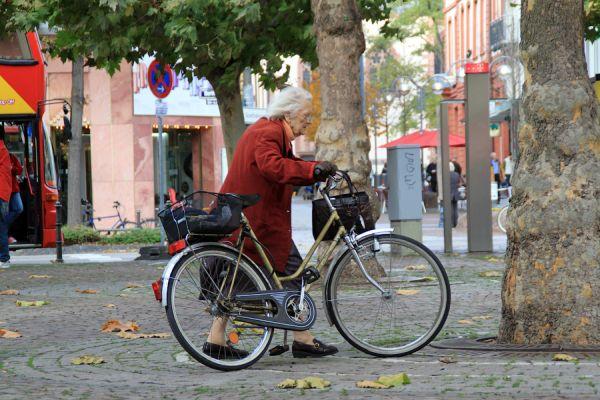 Мадам Жанна Кальмон, самая пожила велосипедистка в мире