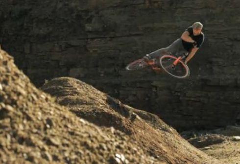 велосипедист Крисс Акригг трюки