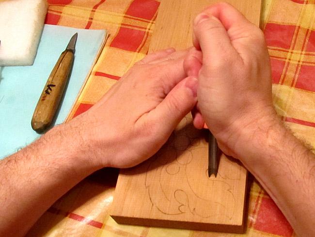 Как держать резец или стамеску. Резьба по дереву