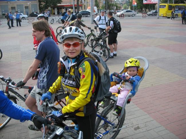 Винницкие велосипедистки с детьми