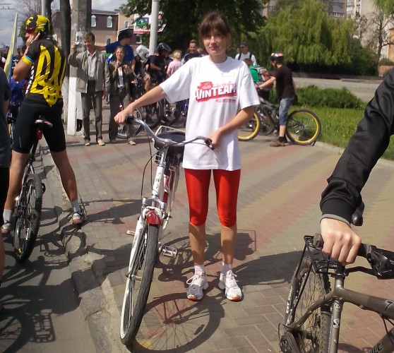 Девушка на городском велосипеде