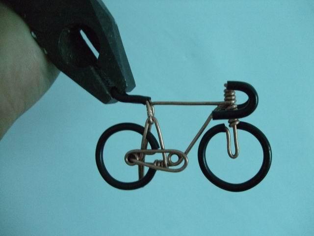 велосипед из проволоки в процессе изготовления