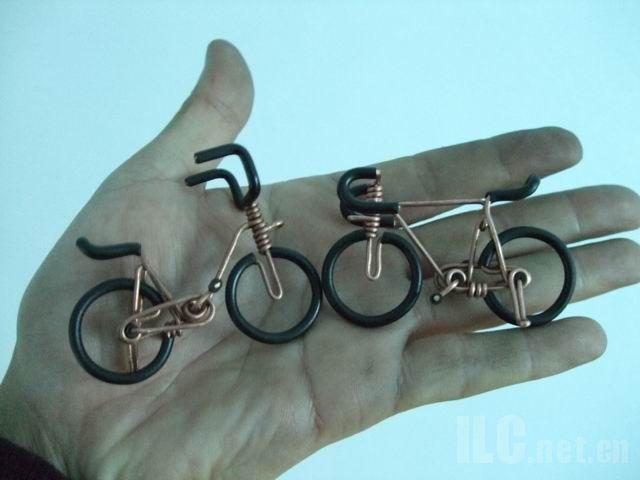 велосипеды из проволоки на ладони