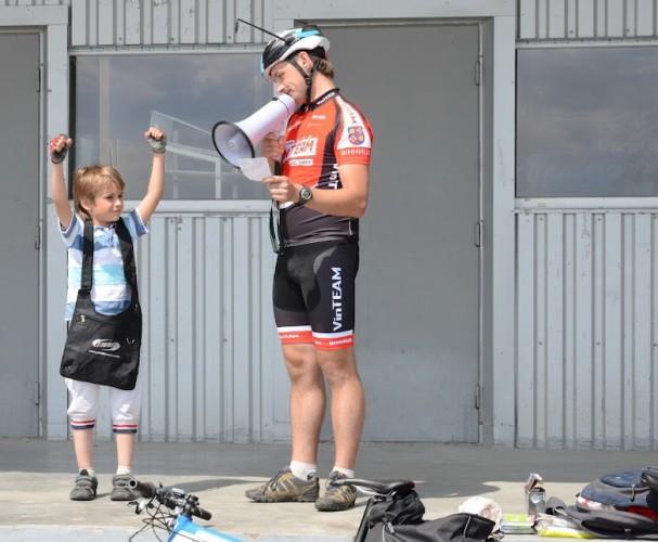 Один из самых молодых участников велопробега, Лесоруб вручает приз