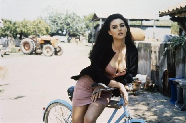 девушка на велосипеде, сиськи