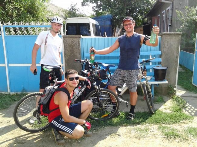 велосипедисты набрали воды