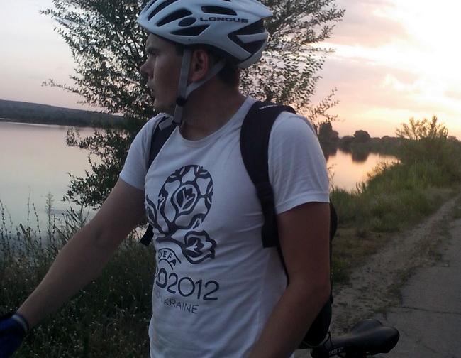 Велосипедист Коля задумался. Вечер