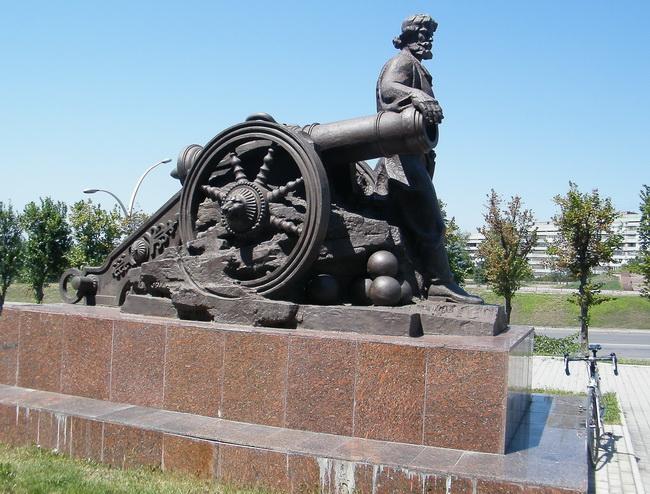 Старинная пушка и пушкарь. Луганск