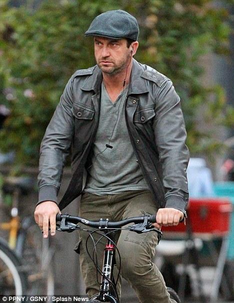 Джерард Батлер на велосипеде