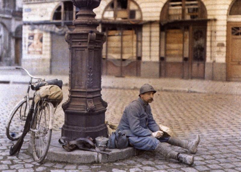 1917  Paul Castelnau  Un poilu, Place Royale à Reims, le 1er avril  Autochromium, Autochrome 1914-1918
