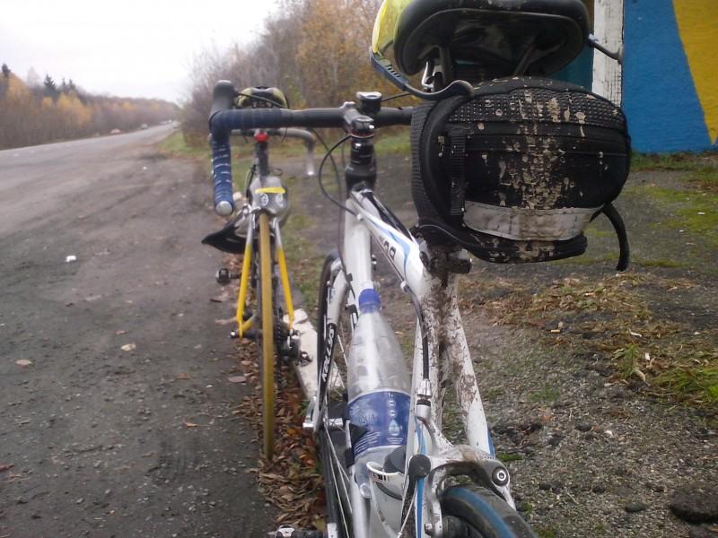 велосипед вид сзади, подседельная сумочка