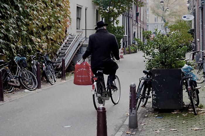 Пожилой велосипедист