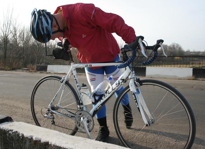 warrior проверяет состояние велосипеда