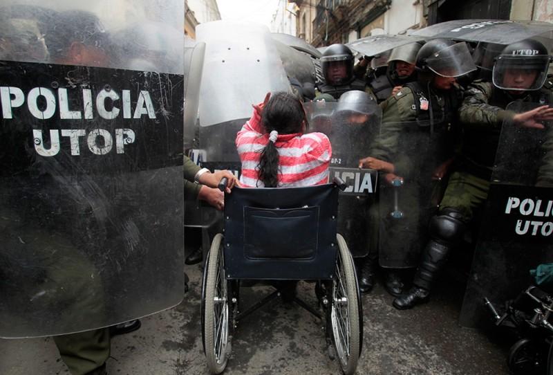 Сотни инвалидов собрались в центре Ла-Паса, требуя от правительства Боливии выплаты денежной помощи в размере 3000 боливиано