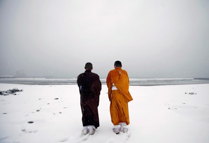 Япония, префектура Фукусима, 25 км от аварийной АЭС. Буддийские монахи молятся за жертв землетрясения и цунами, обрушившихся на страну 11 марта 2011 года