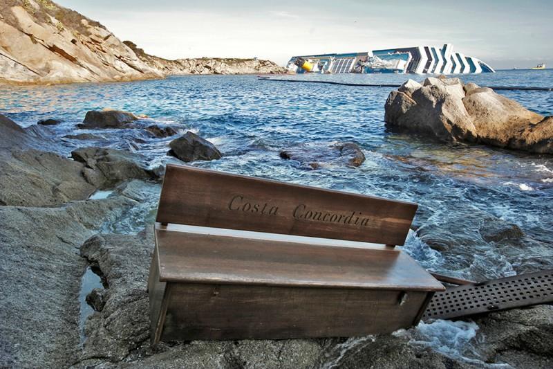 Скамья с круизного лайнера Costa Concordia, выброшенная на берег недалеко от места крушения лайнера