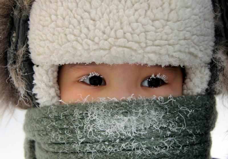 Мальчик на улице города Якутск в тридцатиградусный мороз