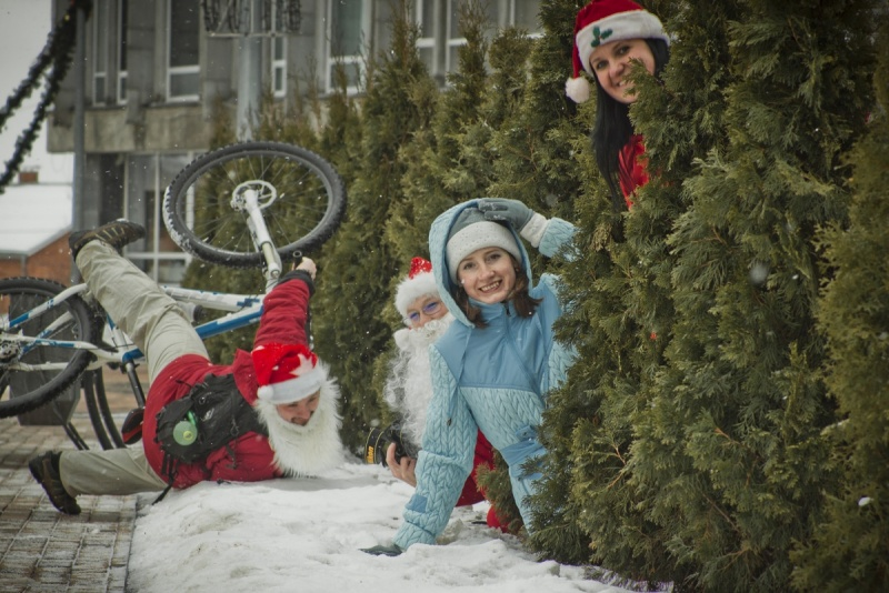 Дед Мороз упал с велосипеда