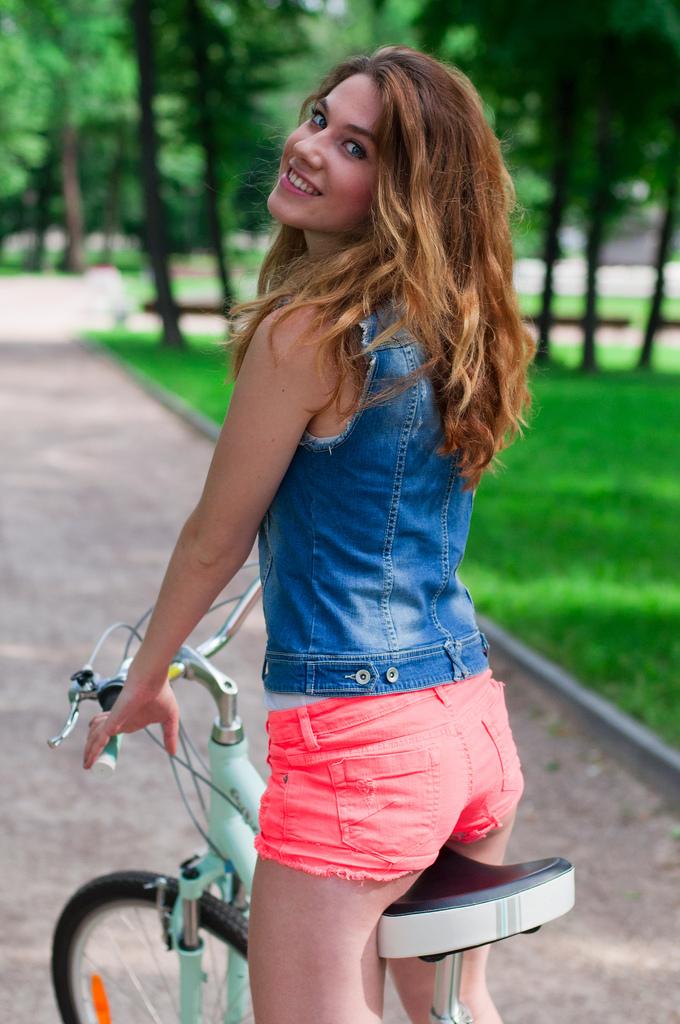 Девушка Настя на велосипеде
