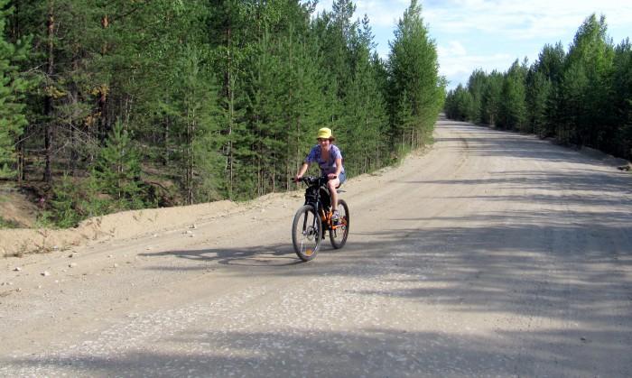 Чуть не забыл! Летняя картинка с Леной в придачу, с той же дороги. Картинка из 2011 года.