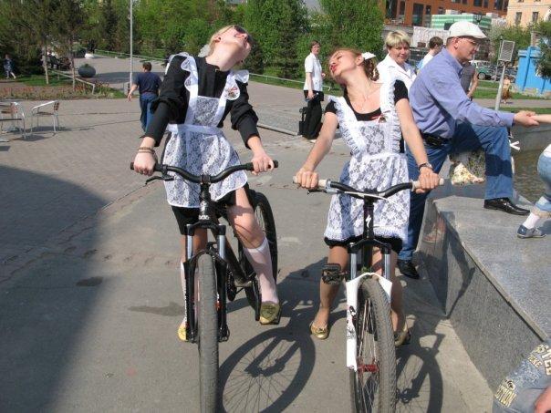 школьницы на велосипедах
