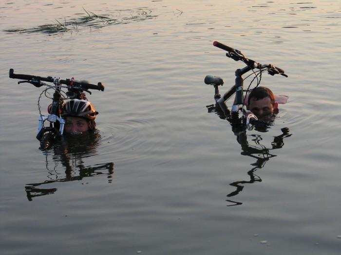 велоюмор: переправа реки вброд