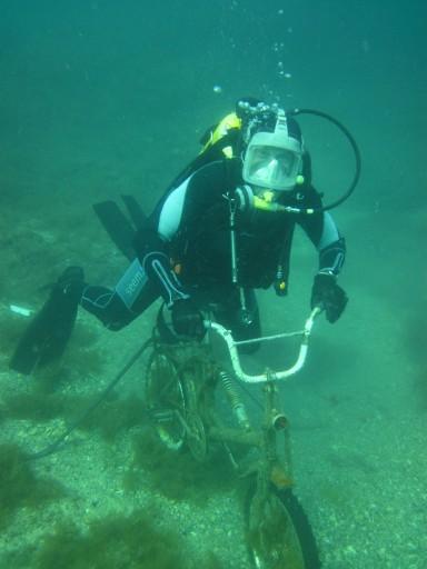 на велосипеде под водой