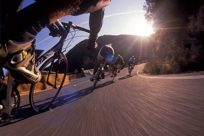 скоростной спуск на шоссейном велосипеде