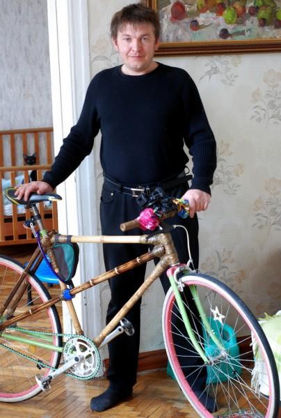 Коля с бамбуковім велосипедом