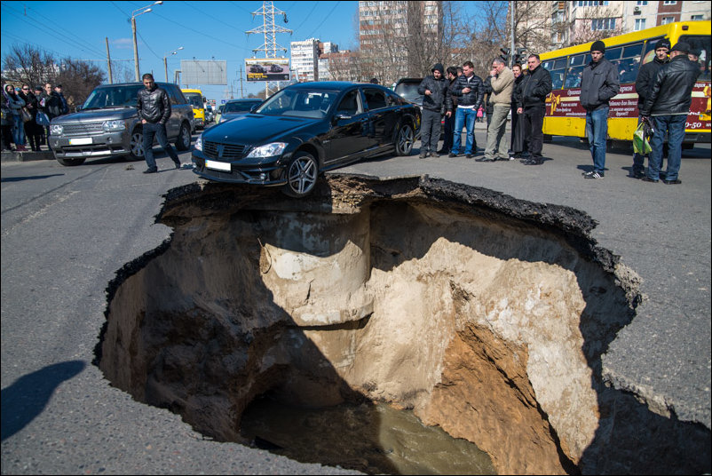 провал асфальта в Одессе