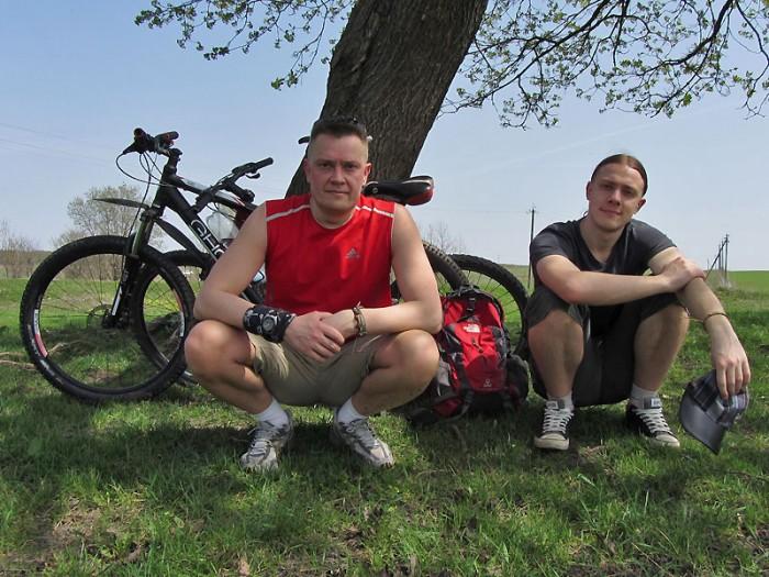 Велосипедисты под кленом