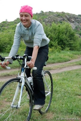 Аня на белом шоссейном велосипеде