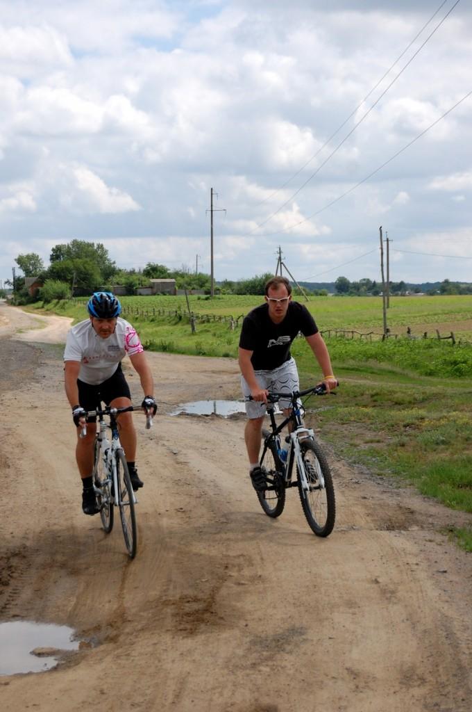 по полям на шоссейном велосипеде