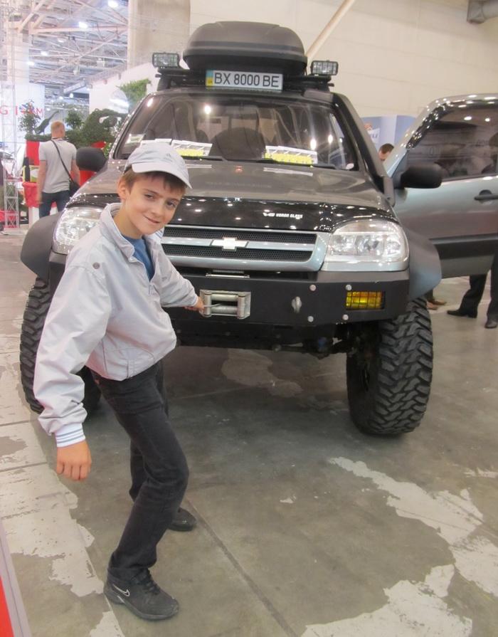 Киев. SIA 2013. Авто на буксире