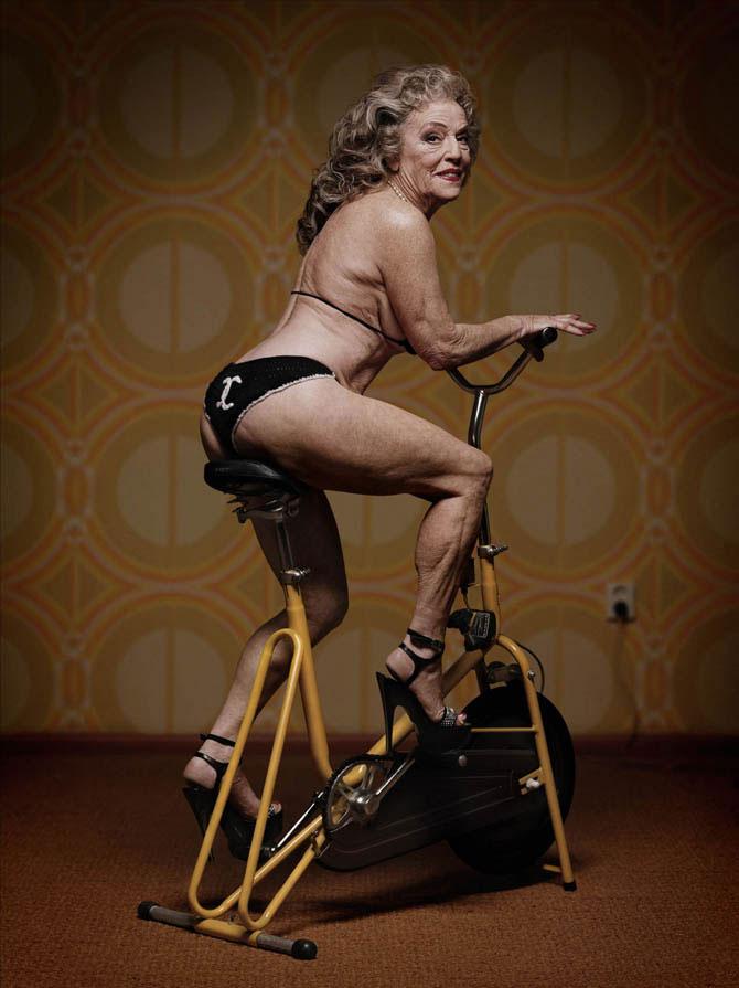 Женщина на велосипеде поддерживает форму