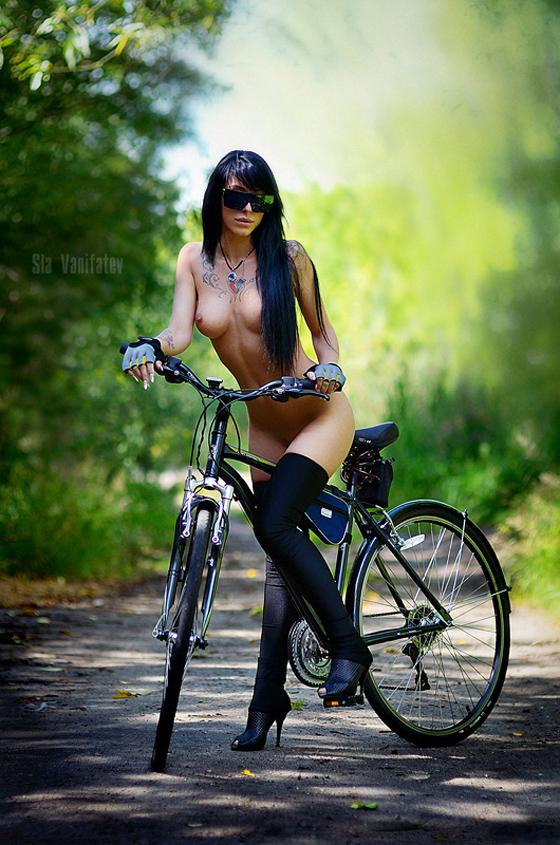 golaya-devushka-na-velosipede-foto