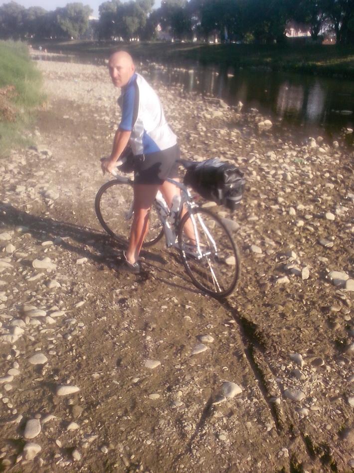 на велосипед Kellys ARC 2.9 по речке Уж