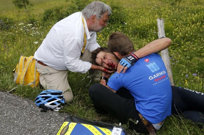Новозеландский велосипедист Джек Бауэра лежит на траве с травмой