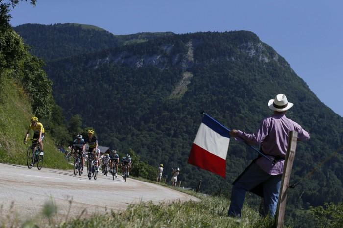 Великобританский велосипедист Кристофер Фрум едет в желтой майке лидера