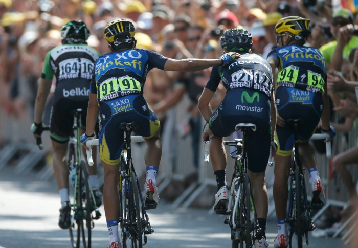 Испанец Альберто Контадор, под номером 91, благодарит Алехандро Вальверде из Испании, под номером 121