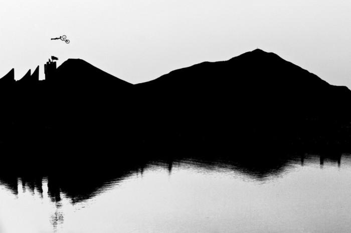 Флириан Брайтенбергер сделал данный снимок летом 2012 года на соревновании «Nine Knights Mountainbike» в коммуне Брамберг-ам-Вильдкогель, Австрия. (© Florian Breitenberger/Red Bull Illume)